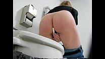 В женском туалете меняет тампон